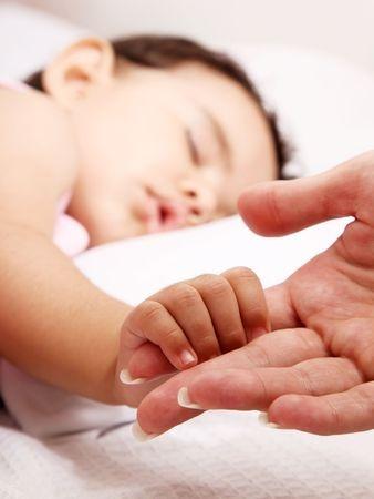 niño, dormir, cama, mano