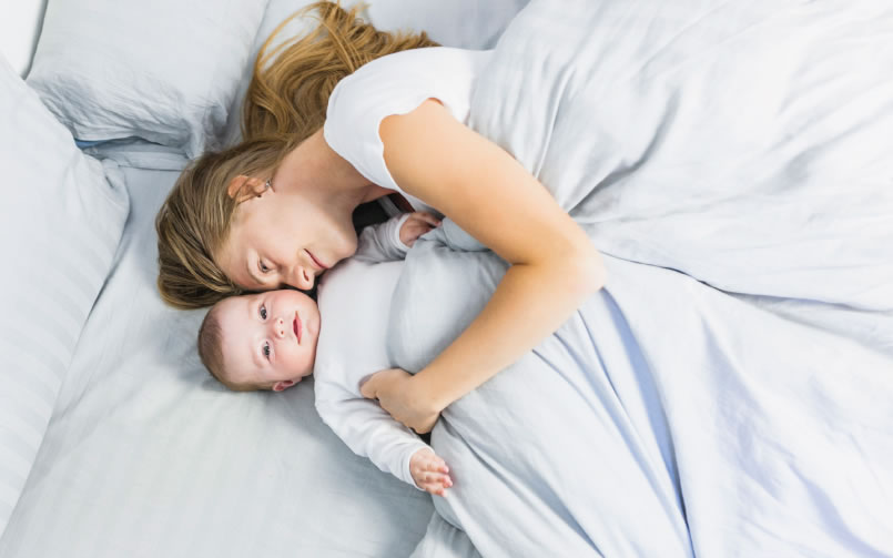 """Cada vez que dormimos el tiempo y con la higiene adecuada logramos ese efecto regenerador que necesitamos para emprender las actividades del día. Por eso en la edad adulta se requieren entre 7 a 9 horas de sueño profundo para mantenernos sanos y activos. En cambio los bebés necesitan más horas para cumplir su proceso de crecimiento y desarrollo, mientras que los ancianos empiezan a dormir menos.  Así que cuando preguntamos ¿cuántas horas necesitamos dormir según nuestra edad? La neuróloga Celia García Malo responde que """"depende"""". No se trata sólo de tiempo sino de calidad y esto también va condicionado por la edad. De hecho la experta aclara que no se trata de una fórmula exacta, porque incluso dentro de una misma franja etaria puede variar el número de horas de sueño que se requieren para alcanzar el verdadero descanso. García Malo explica que la falta de sueño a cualquier edad se traduce en problemas de memoria, fallas de concentración, cansancio, apatía, tristeza o malhumor. En el caso de los niños además se asocian conductas impulsivas o un cierto estado de hiperactividad, como forma de defensa para combatir la hipersomnolencia. De igual forma la falta de sueño favorece la aparición de problemas endocrinológicos que estimulan el riesgo de diabetes, enfermedades cardiovasculares, mayor riesgo de infarto e ictus.  Entonces ¿cómo sabemos que gozamos de calidad e higiene del sueño según la edad que tengamos?. Los patrones sueño-vigilia están condicionados a luz-oscuridad. Por ello de esto depende mucho la calidad del sueño tengas la edad que tengas. Evitar los trasnochos, la hiperactividad antes de ir a la cama o dormir con mucha luz o agentes distractores es fundamental seas niño, adolescente, adulto o anciano. La higiene del sueño en niños tiene mucho que ver con los hábitos de vida y la educación que al respecto se dé en casa por parte de los padres. Durante la adolescencia las horas de sueño ya no son las mismas, los patrones inculcados en la infancia comienzan """